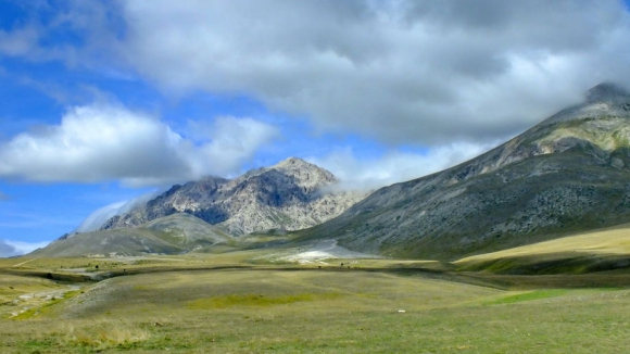 Mountains-in-Gran-Sasso-National-Park-in-Abruzzo-Italy.jpg